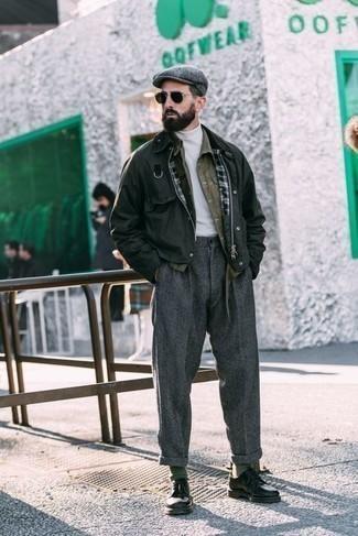 Graue Schiebermütze kombinieren – 270 Herren Outfits: Eine dunkelgrüne Jacke mit einer Kentkragen und Knöpfen und eine graue Schiebermütze sind eine perfekte Wochenend-Kombination. Fügen Sie schwarzen Leder Derby Schuhe für ein unmittelbares Style-Upgrade zu Ihrem Look hinzu.