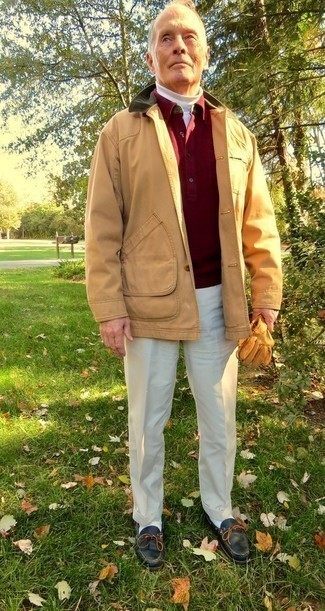 Beige Jacke mit einer Kentkragen und Knöpfen kombinieren: trends 2020: Kombinieren Sie eine beige Jacke mit einer Kentkragen und Knöpfen mit einer hellbeige Anzughose, um vor Klasse und Perfektion zu strotzen. Wenn Sie nicht durch und durch formal auftreten möchten, komplettieren Sie Ihr Outfit mit schwarzen Leder Bootsschuhen.