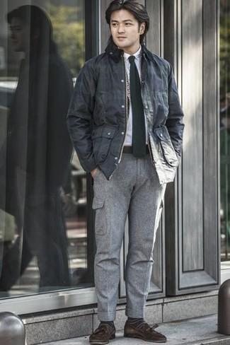 Dunkelgrüne horizontal gestreifte Socken kombinieren – 9 Herren Outfits: Kombinieren Sie eine dunkelblaue Jacke mit einer Kentkragen und Knöpfen mit dunkelgrünen horizontal gestreiften Socken für einen entspannten Wochenend-Look. Schalten Sie Ihren Kleidungsbestienmodus an und machen dunkelbraunen Wildleder Slipper mit Quasten zu Ihrer Schuhwerkwahl.