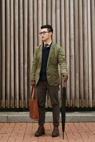 Dunkelblaue Jacke mit einer Kentkragen und Knöpfen kombinieren – 51 Herren Outfits: Vereinigen Sie eine dunkelblaue Jacke mit einer Kentkragen und Knöpfen mit einer dunkelbraunen Chinohose für ein bequemes Outfit, das außerdem gut zusammen passt. Komplettieren Sie Ihr Outfit mit einer dunkelbraunen Lederfreizeitstiefeln, um Ihr Modebewusstsein zu zeigen.