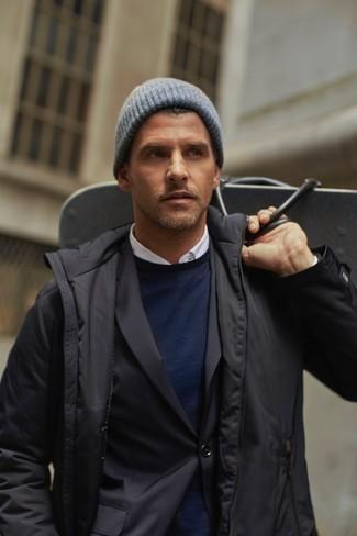 Wie kombinieren: schwarze Jacke mit einer Kentkragen und Knöpfen, schwarzes Sakko, dunkelblauer Pullover mit einem Rundhalsausschnitt, weißes Businesshemd