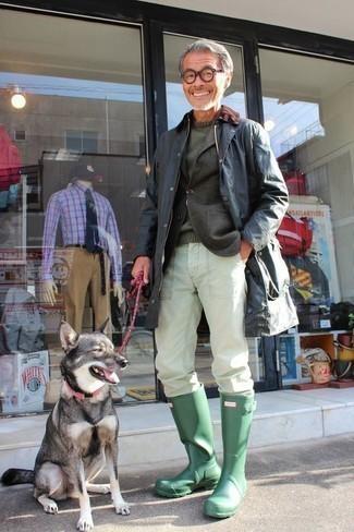 dunkelblaue Jacke mit einer Kentkragen und Knöpfen, dunkelgraues Wollsakko, dunkelgrüner Pullover mit einem Rundhalsausschnitt, weiße Chinohose für Herren