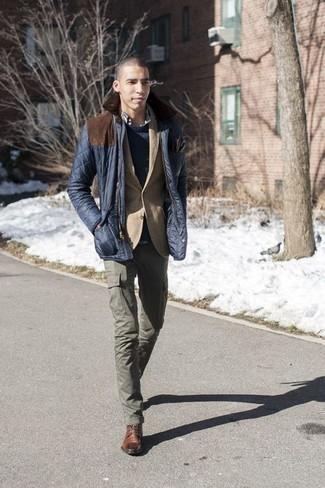 Dunkelblaue Jacke mit einer Kentkragen und Knöpfen kombinieren – 51 Herren Outfits: Kombinieren Sie eine dunkelblaue Jacke mit einer Kentkragen und Knöpfen mit einer olivgrünen Cargohose für ein bequemes Outfit, das außerdem gut zusammen passt. Fühlen Sie sich mutig? Wählen Sie eine braune Lederfreizeitstiefel.