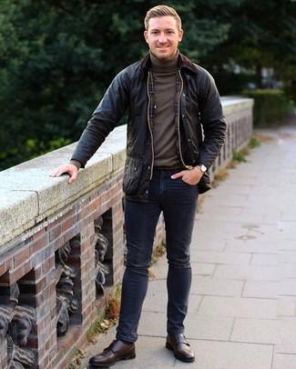 Wie kombinieren: schwarze Jacke mit einer Kentkragen und Knöpfen, brauner Rollkragenpullover, dunkelblaue Jeans, dunkelbraune Doppelmonks aus Leder