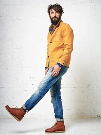 Wie kombinieren: senf Jacke mit einer Kentkragen und Knöpfen, blaues Jeanshemd, blaue Jeans, rotbraune Lederfreizeitstiefel