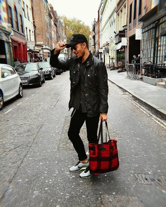 Wie kombinieren: schwarze Lederjacke mit einer kentkragen und knöpfen, dunkelgraue Shirtjacke, schwarze enge Jeans, graue Sportschuhe