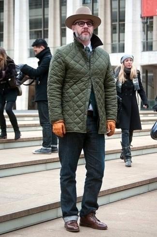 Wie kombinieren: olivgrüne gesteppte Jacke mit einer Kentkragen und Knöpfen, dunkelgrüne Strickjacke, weißes Businesshemd, dunkelblaue Jeans