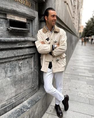 Hellbeige Jacke mit einer Kentkragen und Knöpfen kombinieren – 32 Herren Outfits: Kombinieren Sie eine hellbeige Jacke mit einer Kentkragen und Knöpfen mit weißen Jeans, um einen lockeren, aber dennoch stylischen Look zu erhalten. Fühlen Sie sich ideenreich? Wählen Sie dunkelbraunen Leder Brogues.