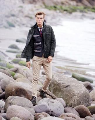 Wie kombinieren: dunkelgraue gesteppte Jacke mit einer Kentkragen und Knöpfen, dunkelblaue Strickjacke mit einem Schalkragen mit Fair Isle-Muster, weißes Langarmhemd, hellbeige Chinohose