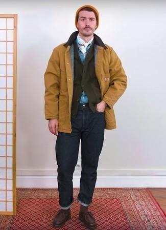 Beige Jacke mit einer Kentkragen und Knöpfen kombinieren: trends 2020: Kombinieren Sie eine beige Jacke mit einer Kentkragen und Knöpfen mit dunkelblauen Jeans für einen bequemen Alltags-Look. Dunkelbraune Chukka-Stiefel aus Leder sind eine ideale Wahl, um dieses Outfit zu vervollständigen.