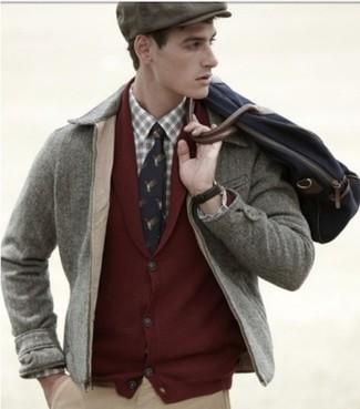 Wie kombinieren: graue Jacke mit einer Kentkragen und Knöpfen, dunkelrote Strickjacke mit einem Schalkragen, hellbeige Langarmhemd mit Schottenmuster, beige Chinohose