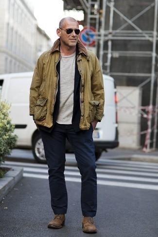 Dunkelblaue Strickjacke mit einem Schalkragen kombinieren – 20 Herren Outfits kühl Wetter: Entscheiden Sie sich für eine dunkelblaue Strickjacke mit einem Schalkragen und eine dunkelblaue Chinohose für Ihren Bürojob. Komplettieren Sie Ihr Outfit mit einer beige Wildlederfreizeitstiefeln.
