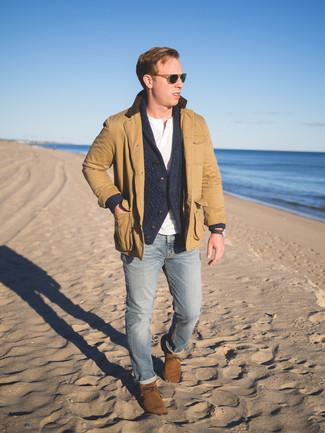 Wie kombinieren: beige Jacke mit einer Kentkragen und Knöpfen, dunkelgraue Strickjacke mit einem Schalkragen, weißes T-shirt mit einer Knopfleiste, hellblaue enge Jeans