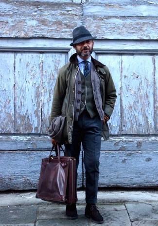 Wie kombinieren: olivgrüne Jacke mit einer Kentkragen und Knöpfen, braune Strickjacke, olivgrüne Wollweste, hellblaues Businesshemd