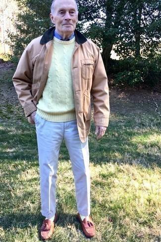 Beige Jacke mit einer Kentkragen und Knöpfen kombinieren: trends 2020: Kombinieren Sie eine beige Jacke mit einer Kentkragen und Knöpfen mit einer hellbeige Anzughose für einen stilvollen, eleganten Look. Dunkelrote Leder Slipper mit Quasten fügen sich nahtlos in einer Vielzahl von Outfits ein.
