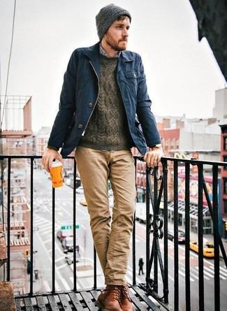 Dunkelblaue Jacke mit einer Kentkragen und Knöpfen kombinieren – 51 Herren Outfits: Arbeitsreiche Tage verlangen nach einem einfachen, aber dennoch stylischen Outfit, wie zum Beispiel eine dunkelblaue Jacke mit einer Kentkragen und Knöpfen und eine beige Chinohose. Fühlen Sie sich ideenreich? Ergänzen Sie Ihr Outfit mit einer braunen Lederfreizeitstiefeln.
