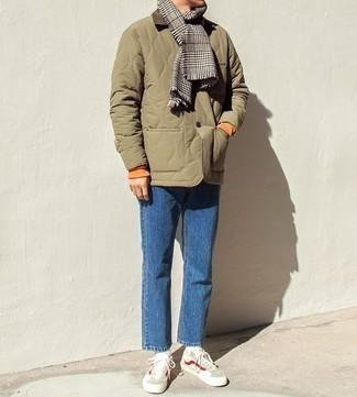 Niedrige Sneakers kombinieren: trends 2020: Paaren Sie eine olivgrüne gesteppte Jacke mit einer Kentkragen und Knöpfen mit blauen Jeans, um mühelos alles zu meistern, was auch immer der Tag bringen mag. Ergänzen Sie Ihr Look mit niedrigen Sneakers.