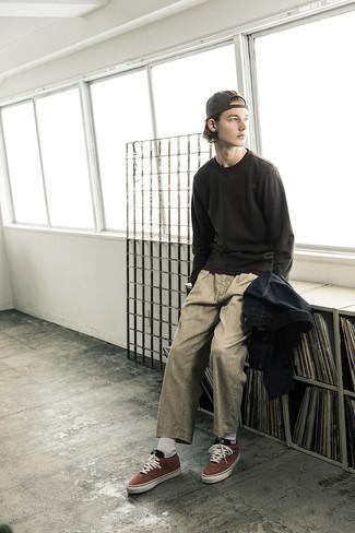 Schwarze Jacke mit einer Kentkragen und Knöpfen kombinieren – 40 Herren Outfits: Entscheiden Sie sich für eine schwarze Jacke mit einer Kentkragen und Knöpfen und eine beige Chinohose für ein Alltagsoutfit, das Charakter und Persönlichkeit ausstrahlt. Wählen Sie die legere Option mit braunen Segeltuch niedrigen Sneakers.
