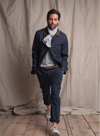 Dunkelblaue Jacke mit einer Kentkragen und Knöpfen kombinieren – 51 Herren Outfits: Erwägen Sie das Tragen von einer dunkelblauen Jacke mit einer Kentkragen und Knöpfen und einer dunkelblauen Chinohose, um einen lockeren, aber dennoch stylischen Look zu erhalten. Warum kombinieren Sie Ihr Outfit für einen legereren Auftritt nicht mal mit weißen Segeltuch niedrigen Sneakers?