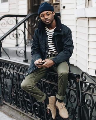 Wie kombinieren: schwarze Jacke mit einer Kentkragen und Knöpfen, weißes und schwarzes horizontal gestreiftes T-Shirt mit einem Rundhalsausschnitt, olivgrüne Chinohose, hellbeige Chukka-Stiefel aus Wildleder