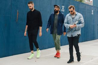 Dunkelblaue Jacke mit einer Kentkragen und Knöpfen kombinieren – 51 Herren Outfits: Tragen Sie eine dunkelblaue Jacke mit einer Kentkragen und Knöpfen und eine olivgrüne Chinohose, um mühelos alles zu meistern, was auch immer der Tag bringen mag. Wählen Sie die legere Option mit roten niedrigen Sneakers.