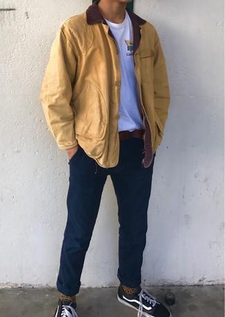 Wie kombinieren: senf Jacke mit einer Kentkragen und Knöpfen, weißes T-Shirt mit einem Rundhalsausschnitt, dunkelblaue Chinohose, schwarze Segeltuch niedrige Sneakers