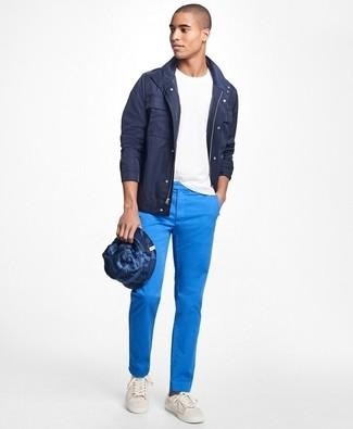 Dunkelblaue Jacke mit einer Kentkragen und Knöpfen kombinieren – 15 Casual Herren Outfits: Paaren Sie eine dunkelblaue Jacke mit einer Kentkragen und Knöpfen mit einer blauen Chinohose für ein großartiges Wochenend-Outfit. Wenn Sie nicht durch und durch formal auftreten möchten, wählen Sie weiße Segeltuch niedrige Sneakers.