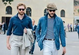 Wie kombinieren: blaue Jacke mit einer Kentkragen und Knöpfen, weißes und dunkelblaues horizontal gestreiftes T-Shirt mit einem Rundhalsausschnitt, weiße Chinohose, braune Schiebermütze