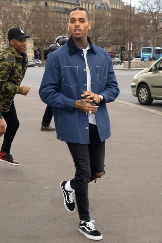 Dunkelblaue Jacke mit einer Kentkragen und Knöpfen kombinieren – 51 Herren Outfits: Für ein bequemes Couch-Outfit, kombinieren Sie eine dunkelblaue Jacke mit einer Kentkragen und Knöpfen mit schwarzen engen Jeans mit Destroyed-Effekten. Fühlen Sie sich mutig? Vervollständigen Sie Ihr Outfit mit schwarzen niedrigen Sneakers.