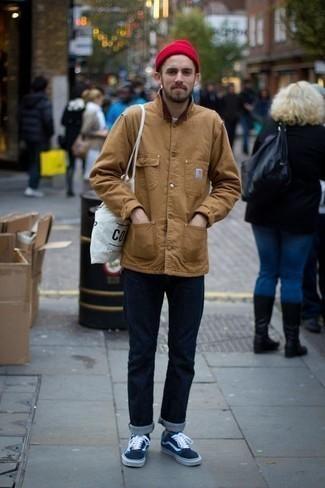 Graue Socken kombinieren: trends 2020: Erwägen Sie das Tragen von einer braunen Jacke mit einer Kentkragen und Knöpfen und grauen Socken für einen entspannten Wochenend-Look. Dunkelblaue Segeltuch niedrige Sneakers putzen umgehend selbst den bequemsten Look heraus.