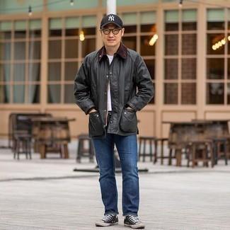 Dunkelgraue Jacke mit einer Kentkragen und Knöpfen kombinieren – 15 Herren Outfits: Entscheiden Sie sich für eine dunkelgraue Jacke mit einer Kentkragen und Knöpfen und blauen Jeans, um einen lockeren, aber dennoch stylischen Look zu erhalten. Fühlen Sie sich ideenreich? Entscheiden Sie sich für schwarzen und weißen hohe Sneakers aus Segeltuch.