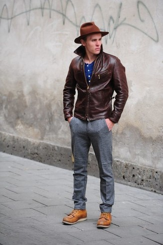 Wie kombinieren: dunkelbraune Lederjacke mit einer kentkragen und knöpfen, blaues T-shirt mit einer Knopfleiste, graue Wollanzughose, rotbraune Lederfreizeitstiefel