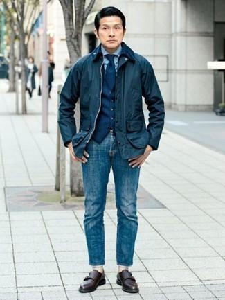 40 Jährige: Dunkelblaue Weste kombinieren – 37 Herren Outfits: Kombinieren Sie eine dunkelblaue Weste mit blauen Jeans für eine klassischen und verfeinerte Silhouette. Vervollständigen Sie Ihr Outfit mit dunkelbraunen Doppelmonks aus Leder, um Ihr Modebewusstsein zu zeigen.