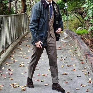 Dunkelblaue Jacke mit einer Kentkragen und Knöpfen kombinieren – 64 Herren Outfits: Erwägen Sie das Tragen von einer dunkelblauen Jacke mit einer Kentkragen und Knöpfen und einer braunen Wollanzughose für einen stilvollen, eleganten Look. Warum kombinieren Sie Ihr Outfit für einen legereren Auftritt nicht mal mit dunkelbraunen Chukka-Stiefeln aus Wildleder?