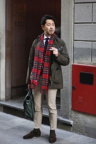 Dunkelbraune Wildleder Oxford Schuhe kombinieren – 275 Herren Outfits: Tragen Sie eine dunkelbraune Jacke mit einer Kentkragen und Knöpfen und eine hellbeige Chinohose für ein Alltagsoutfit, das Charakter und Persönlichkeit ausstrahlt. Wählen Sie dunkelbraunen Wildleder Oxford Schuhe, um Ihr Modebewusstsein zu zeigen.