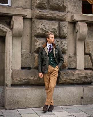 Schwarze Socken kombinieren – 500+ Herren Outfits: Kombinieren Sie eine dunkelgrüne Jacke mit einer Kentkragen und Knöpfen mit schwarzen Socken für einen entspannten Wochenend-Look. Vervollständigen Sie Ihr Outfit mit dunkelbraunen Wildleder Brogues, um Ihr Modebewusstsein zu zeigen.