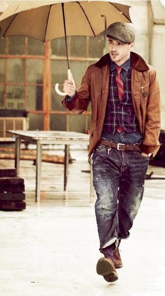 Wie kombinieren: braune Lederjacke mit einer kentkragen und knöpfen, lila Weste mit Schottenmuster, dunkelgraues Langarmhemd, schwarze Jeans