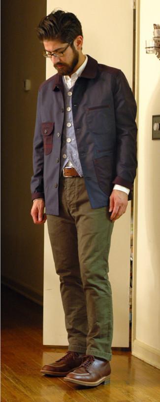 Dunkelblaue Jacke mit einer Kentkragen und Knöpfen kombinieren – 51 Herren Outfits: Tragen Sie eine dunkelblaue Jacke mit einer Kentkragen und Knöpfen und eine olivgrüne Chinohose, um einen lockeren, aber dennoch stylischen Look zu erhalten. Fühlen Sie sich mutig? Ergänzen Sie Ihr Outfit mit einer braunen Lederfreizeitstiefeln.