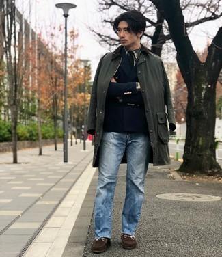 Hellblaue Jeans kombinieren – 500+ Herren Outfits: Entscheiden Sie sich für eine dunkelgrüne Jacke mit einer Kentkragen und Knöpfen und hellblauen Jeans für einen bequemen Alltags-Look. Fühlen Sie sich ideenreich? Vervollständigen Sie Ihr Outfit mit dunkelbraunen Wildleder Slippern.