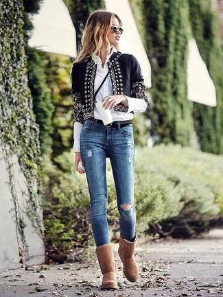 Wie kombinieren: schwarze verzierte Jacke mit einer offenen Front, weißes Businesshemd, blaue enge Jeans mit Destroyed-Effekten, braune Ugg Stiefel