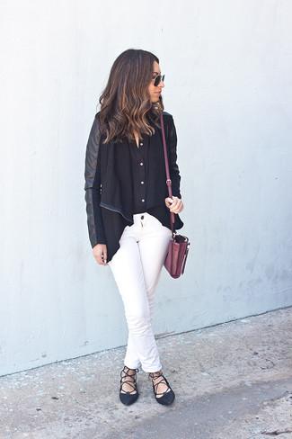 Wie kombinieren: schwarze Jacke mit einer offenen Front, schwarzes Businesshemd, weiße Jeans, schwarze Leder Ballerinas