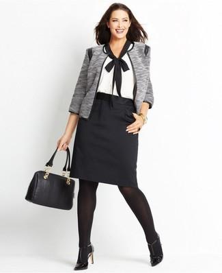 Wie kombinieren: graue Jacke mit einer offenen Front, weiße und schwarze Kurzarmbluse, schwarzer Bleistiftrock, schwarze Leder Pumps