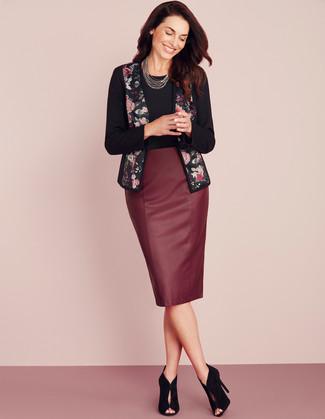 Schwarzes T-Shirt mit einem Rundhalsausschnitt kombinieren – 500+ Damen Outfits: Um einen frischen Casual-Look zu erhalten, probieren Sie die Kombination aus einem schwarzen T-Shirt mit einem Rundhalsausschnitt und einem dunkelroten Leder Bleistiftrock. Schwarze Wildleder Stiefeletten mit Ausschnitten sind eine perfekte Wahl, um dieses Outfit zu vervollständigen.