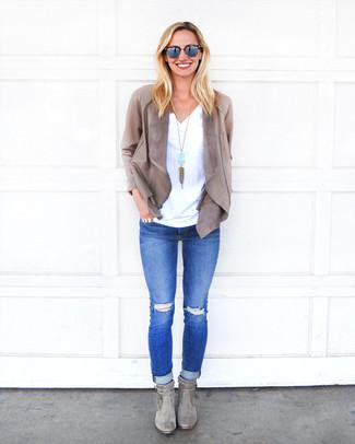Wie kombinieren: graue Leder Jacke mit einer offenen Front, weißes T-Shirt mit einem V-Ausschnitt, blaue enge Jeans mit Destroyed-Effekten, graue Wildleder Stiefeletten