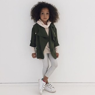 Wie kombinieren: olivgrüne Jacke, hellbeige Pullover, weiße Leggings, weiße Turnschuhe