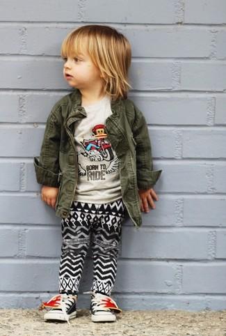 Wie kombinieren: olivgrüne Jacke, graues T-shirt, schwarze und weiße Jogginghose, schwarze Turnschuhe