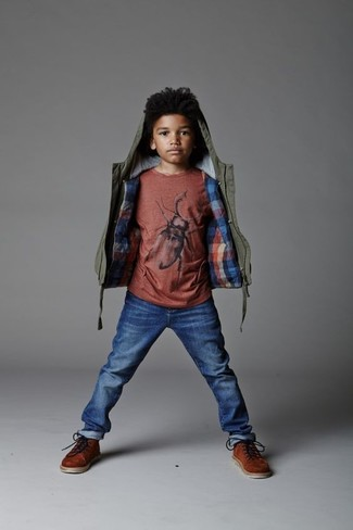 Wie kombinieren: olivgrüne Jacke, rotes T-shirt, blaue Jeans, braune Stiefel