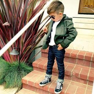Wie kombinieren: olivgrüne Jacke, weißes T-shirt, dunkelblaue Jeans, schwarze Turnschuhe