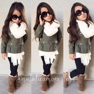 Wie kombinieren: olivgrüne Jacke, weißer Pullover, schwarze Leggings, beige Ugg Stiefel