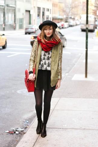 Wie kombinieren: goldene Paillettejacke, weißer und schwarzer Pullover mit einem Rundhalsausschnitt mit Fair Isle-Muster, schwarzer Skaterrock, schwarze Leder Stiefeletten